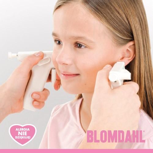 dziewczynka przekuwająca sobie uszy